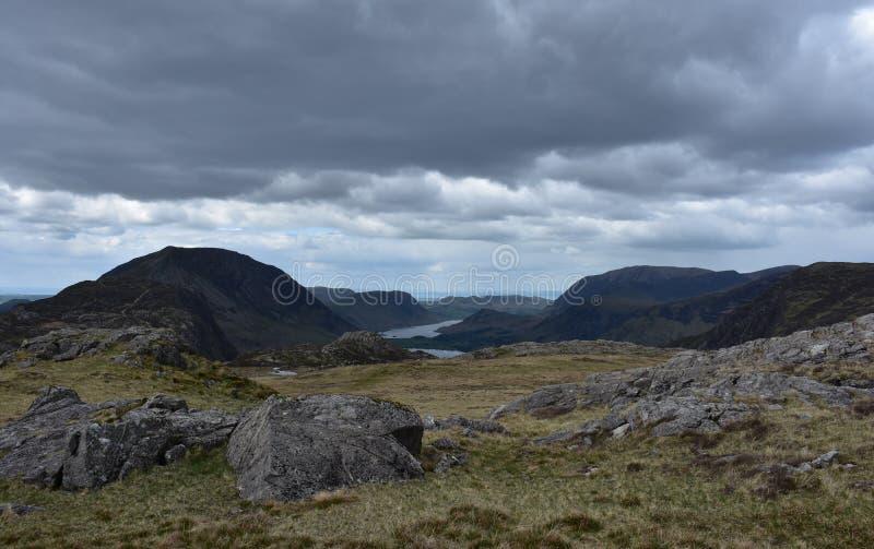 Zmrok Chmurnieje Nad Blackbeck Tarn w jeziorach Gromadzkich zdjęcia stock