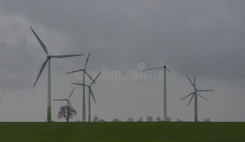 Zmrok chmurnieje nad niemiecką farmą wiatrową zdjęcia stock