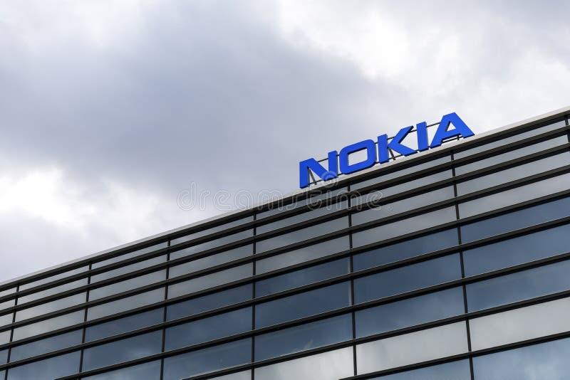 Zmrok chmurnieje nad Nokia logem na górze budynku zdjęcia royalty free