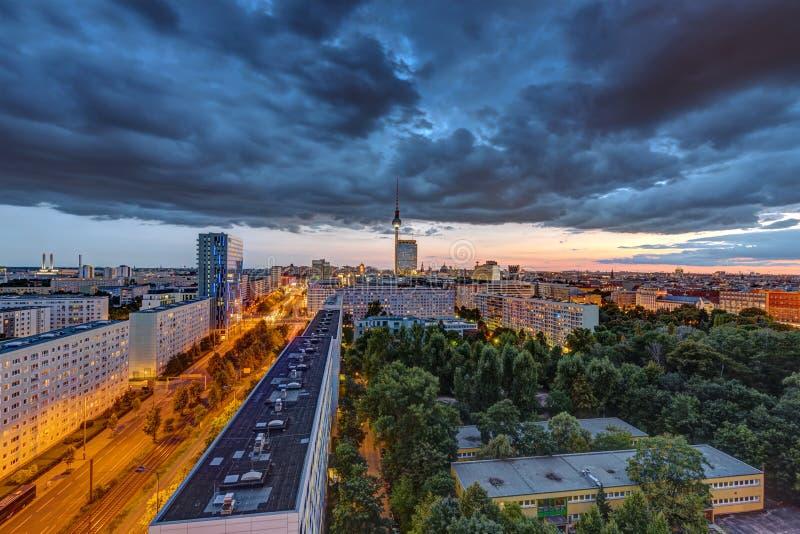 Zmrok chmurnieje nad w centrum Berlin obraz stock
