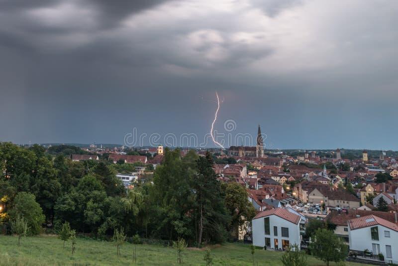 Zmrok chmurnieje z błyskiem błyskawica nad Regensburg, Niemcy zdjęcie royalty free