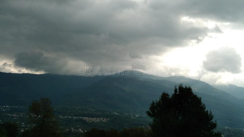 Zmrok chmury i góra zdjęcia stock
