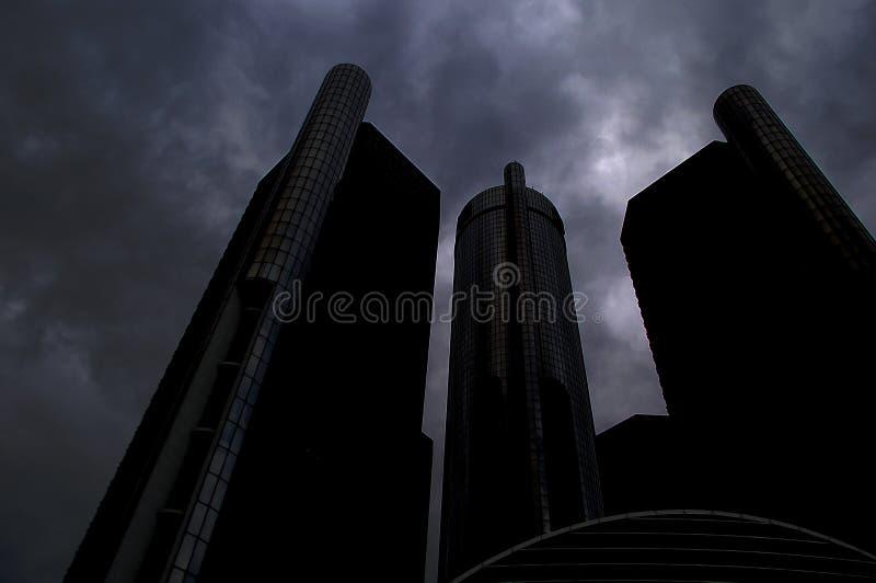 Zmrok chmury Wyłania się Nad ogromnym miastem fotografia stock