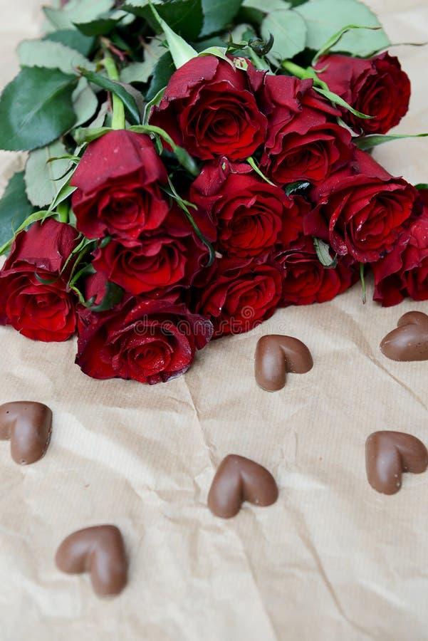 Zmrok czerwone róże i Czekoladowi serca - zdjęcia royalty free