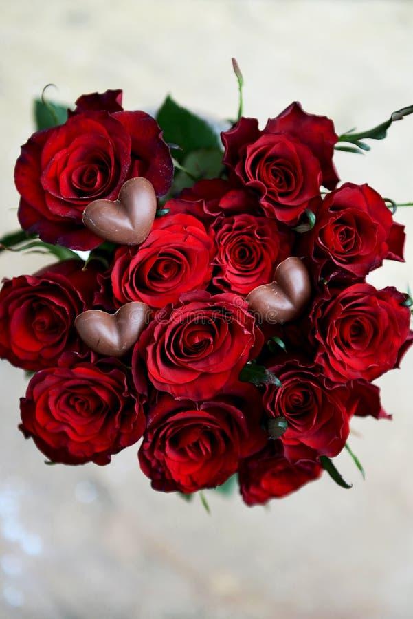 Zmrok czerwone róże i Czekoladowi serca - fotografia stock