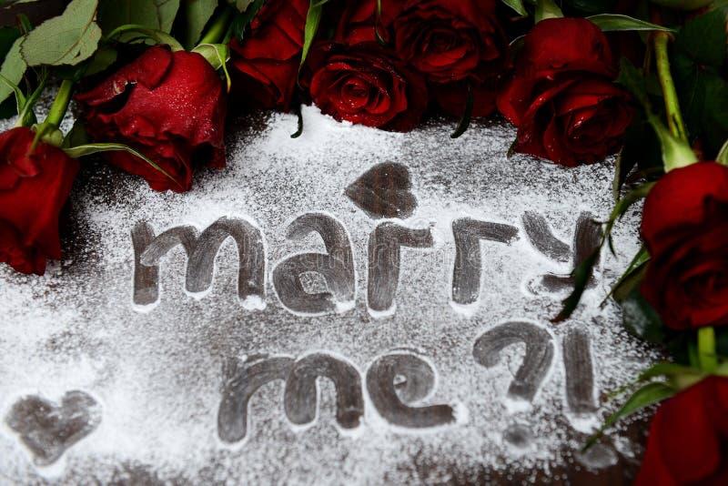 """Zmrok czerwone róże i """"Marry Me† znak - obrazy royalty free"""
