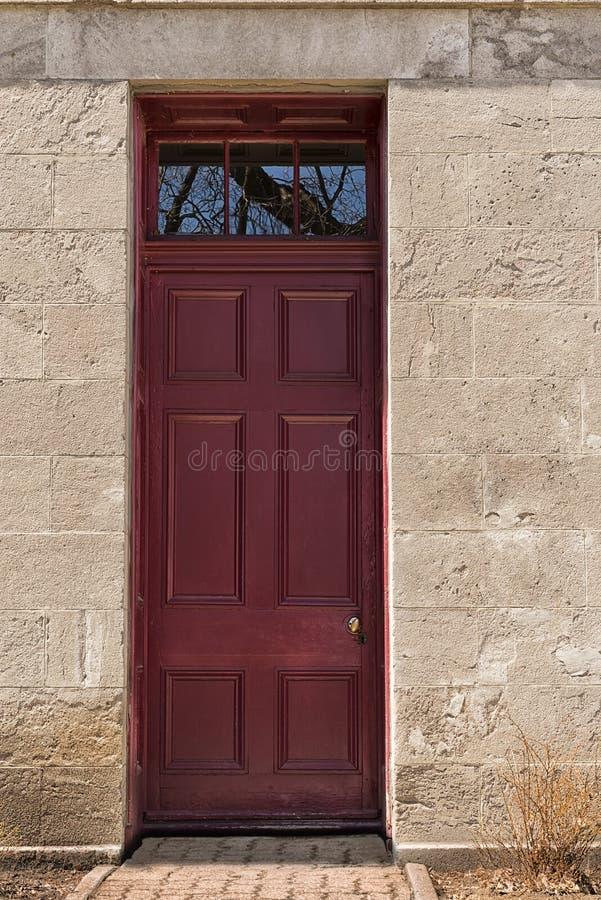 Zmrok - czerwony drewniany wejściowy drzwi Frontowy widok obrazy stock