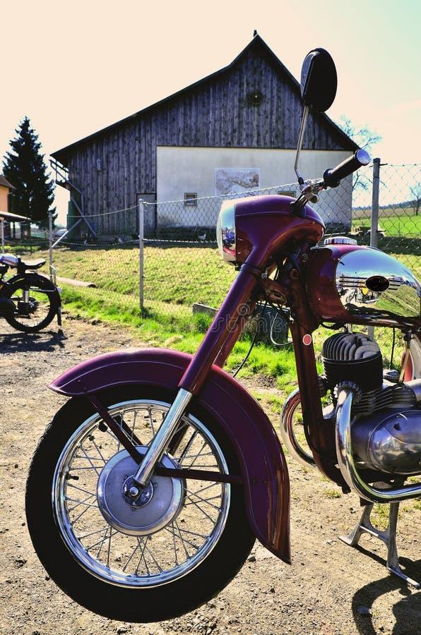 Zmrok - czerwony motocykl zdjęcia stock