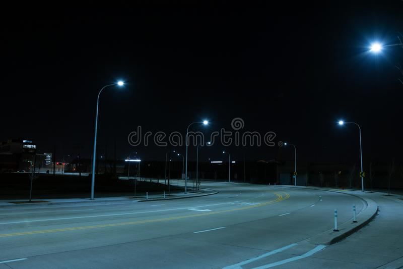 Zmrok i pusta droga przy nocą zdjęcie royalty free