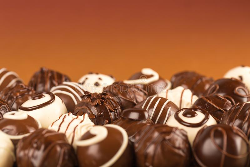 Zmrok, mleko, biali czekoladowi cukierki i pralines,/ zdjęcia stock