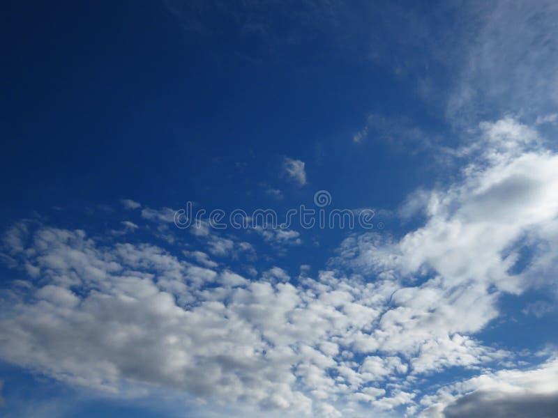 Zmrok niebieskie niebo i białe szarawe chmury - Burzowy ponury dżdżysty prognoza pogody środowisko, powietrze, prognoza pogody po zdjęcia stock