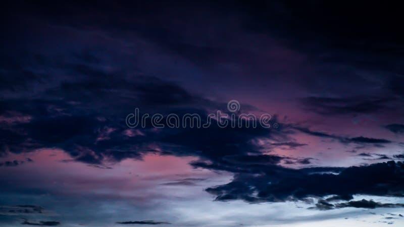 Zmrok - niebieskie niebo na zmierzchu w wieczór sylwetce Dramatyczny zmierzch na nocy, Zadziwiający półmroku niebo z światło słon zdjęcie stock