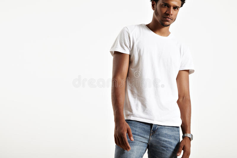 Zmrok skinned samiec przedstawia prostą białą koszulkę fotografia stock
