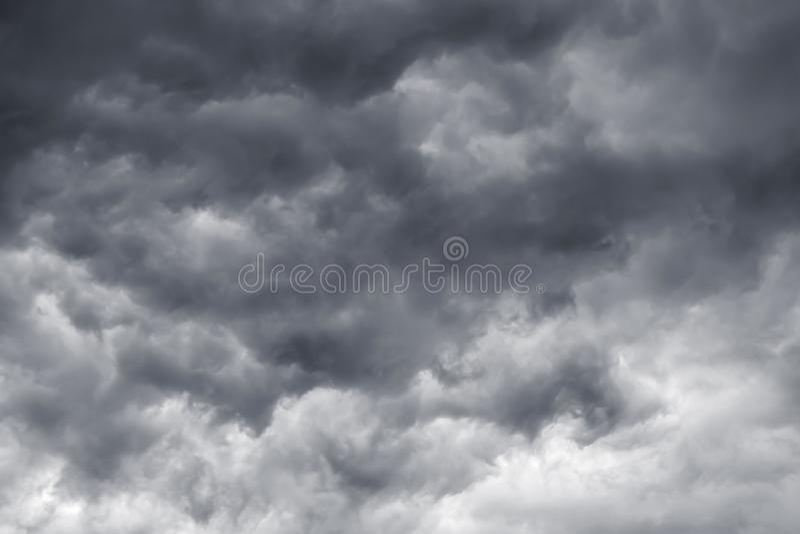 Zmrok - szarość chmurnieje w burzy niebie Niebezpieczeństwo podczas storm_ zdjęcie stock