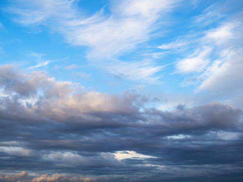 Zmrok - szary wieczór chmurnieje w niebieskim niebie obrazy royalty free