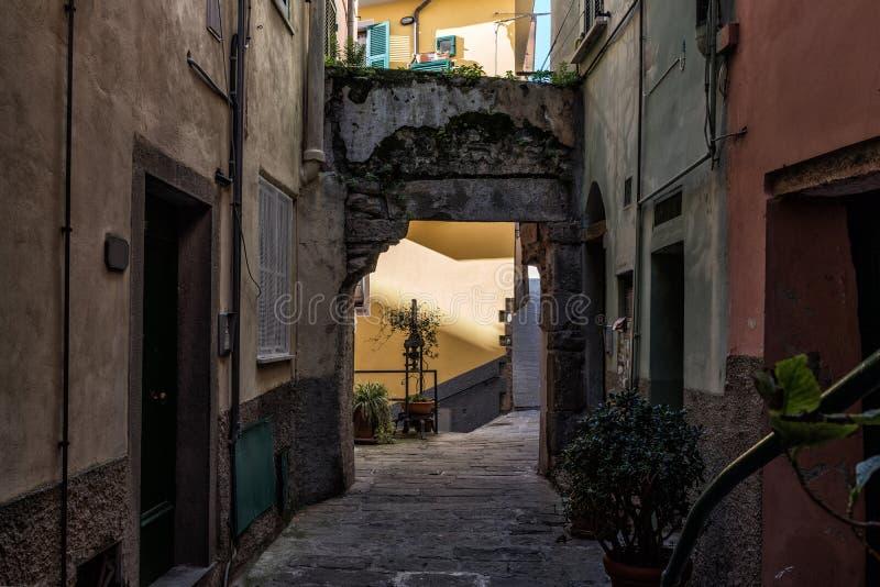 Zmrok wąska ulica Vernazza miasteczko, Włochy zdjęcia royalty free