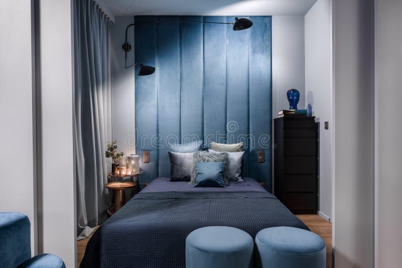 Zmroku - b??kitna i luksusowa sypialnia zdjęcie stock