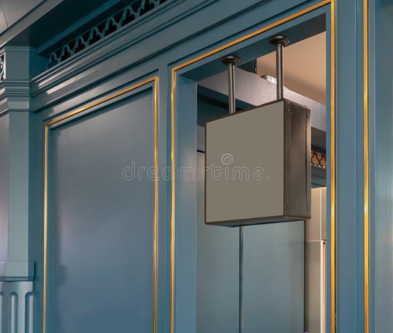 Zmroku metalu kwadrata ramy popielaty mockup przed klasyka stylu sklepem zdjęcia stock