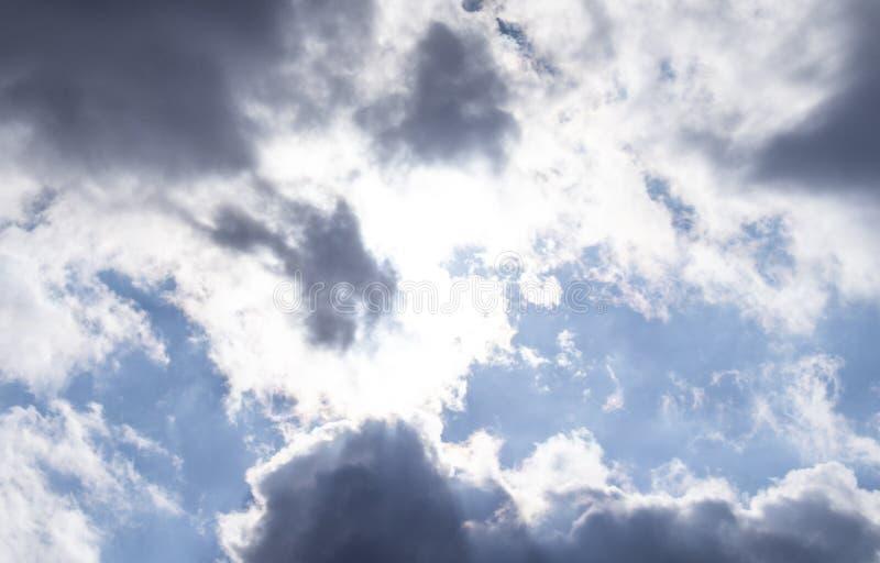Zmroku powietrze chmurnieje w niebieskim niebie zdjęcia stock