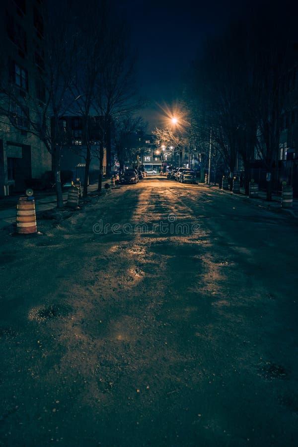 Zmroku pustego i strasznego miastowego miasta uliczna droga przy nocą fotografia stock