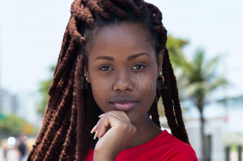 Zmysłowa afrykańska kobieta z dreadlocks w mieście zdjęcie stock