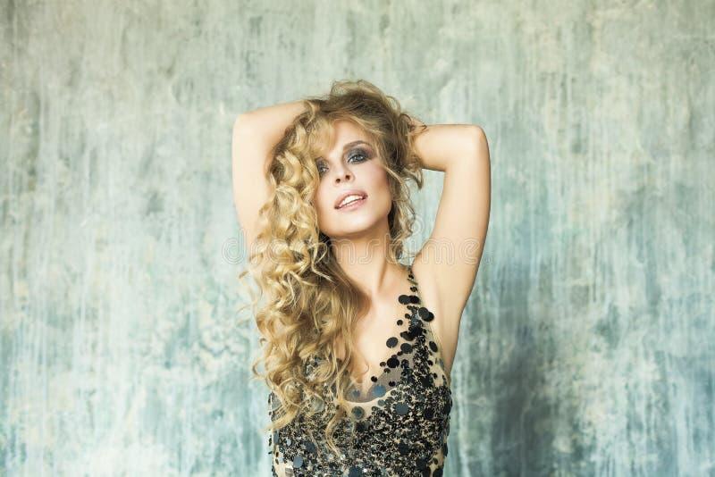 Zmysłowa blondynki kobieta z Długi Falistego włosy Pozować fotografia stock