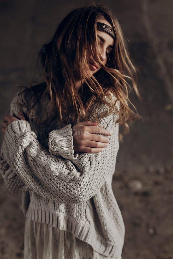 Zmysłowa brunetki kobieta w eleganckim modnisiu odziewa pozować plenerowy fotografia royalty free
