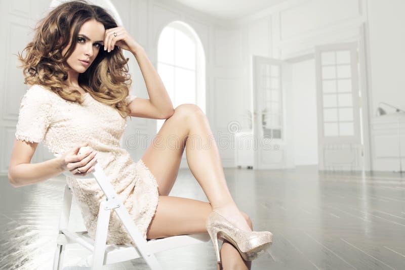 Zmysłowa brunetki kobieta w luksusowym pokoju obrazy royalty free