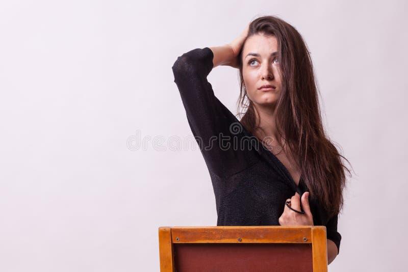 Zmysłowa busty dama na szarym tle fotografia stock