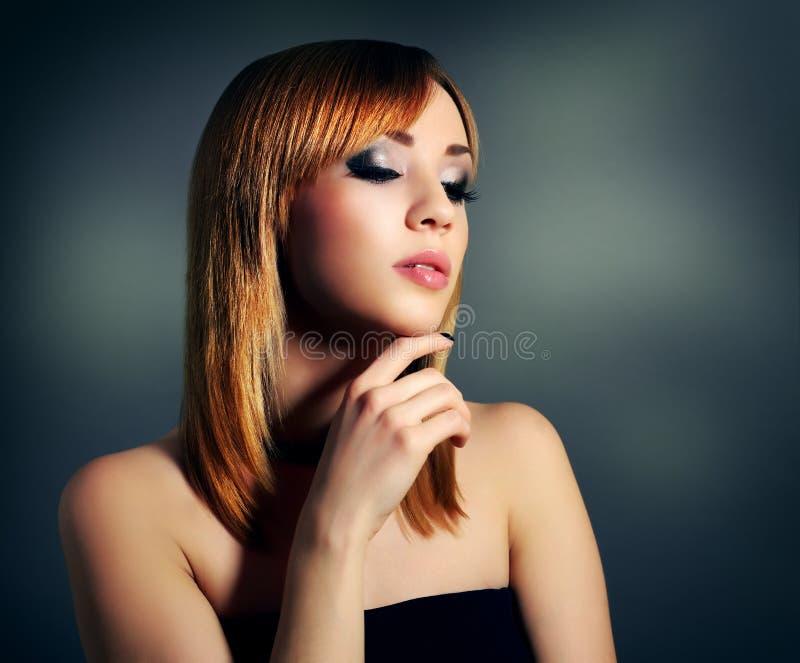 Zmysłowa dziewczyna z prostym włosy i pięknym makeup fotografia royalty free