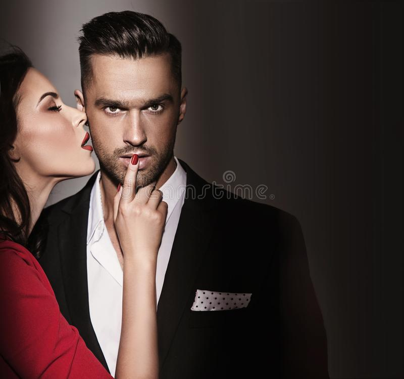 Zmysłowa elegancka kobieta kusi przystojnego mężczyzna fotografia royalty free