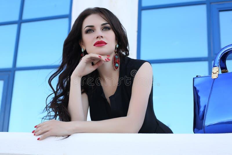 Zmysłowa kobieta jest ubranym elegancką czerni suknię z długim ciemnym włosy zdjęcia royalty free