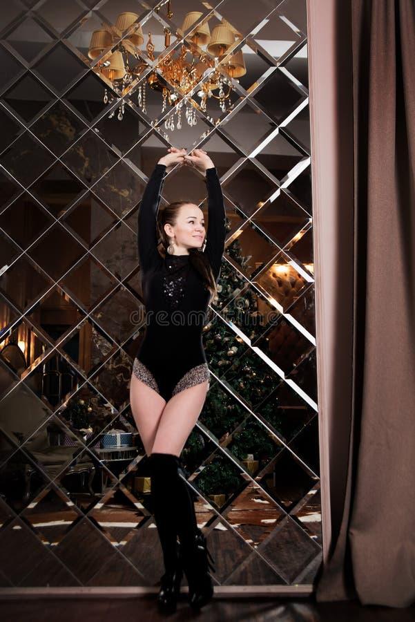 Zmysłowa kobieta z ciałem i getry na lustrzanym tle luz obraz royalty free
