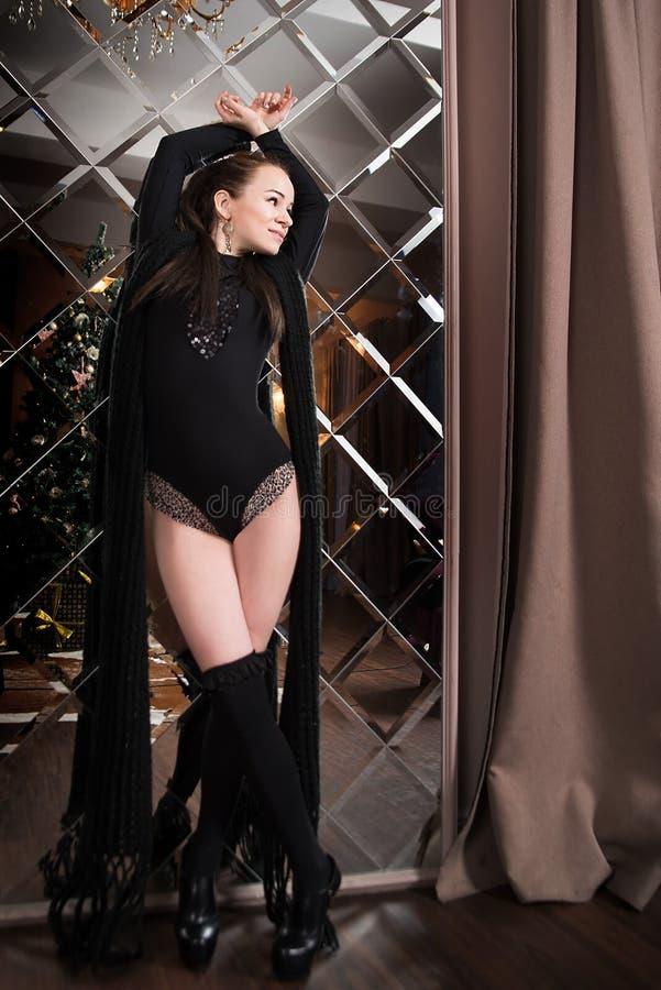 Zmysłowa kobieta z ciałem i getry na lustrzanym tle luz obrazy royalty free