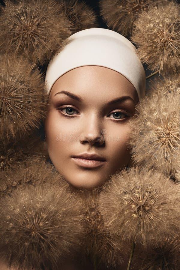 Download Zmysłowa Kobieta Z Dandelions Wokoło Twarzy Obraz Stock - Obraz złożonej z udział, śliczny: 53791443
