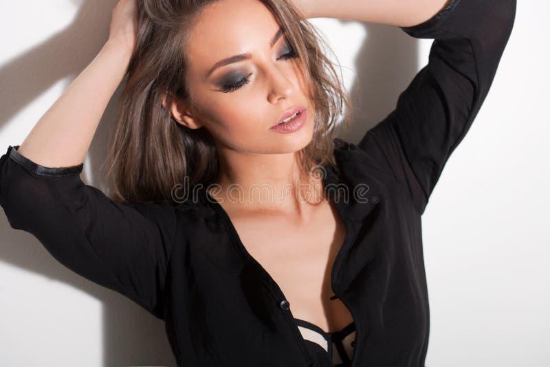 Zmysłowa młoda brunetka fotografia royalty free