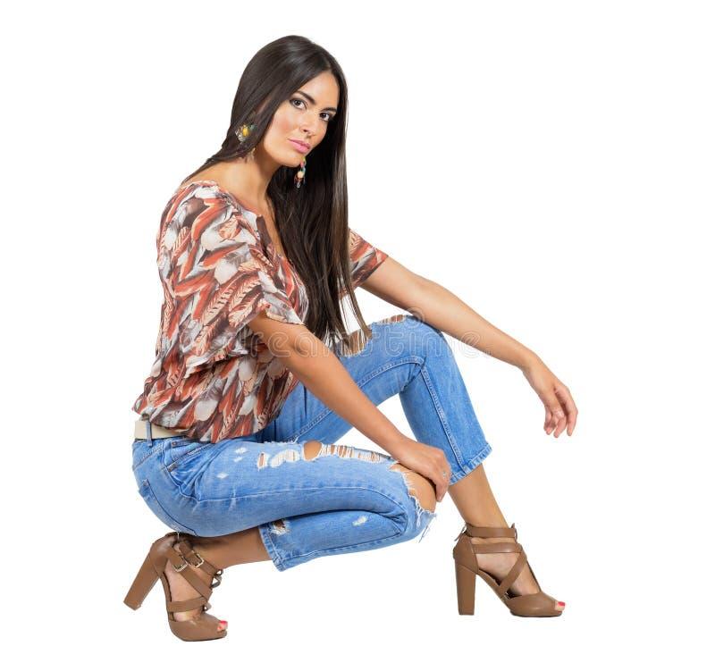 Zmysłowa młoda brunetka w przypadkowych ubraniach patrzeje kamerę zdjęcie stock