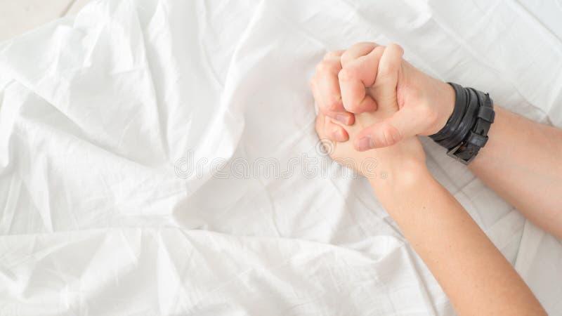 Zmysłowa piękna potomstwo para ma płeć na łóżku Żeńska ręka ciągnie biel ciąć na arkusze w ekstazie, orgazm pocałunek miłości czł obrazy royalty free