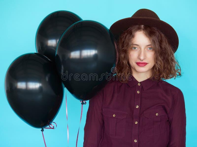 Zmysłowi eleganccy młodej kobiety witn czerni balony obraz royalty free