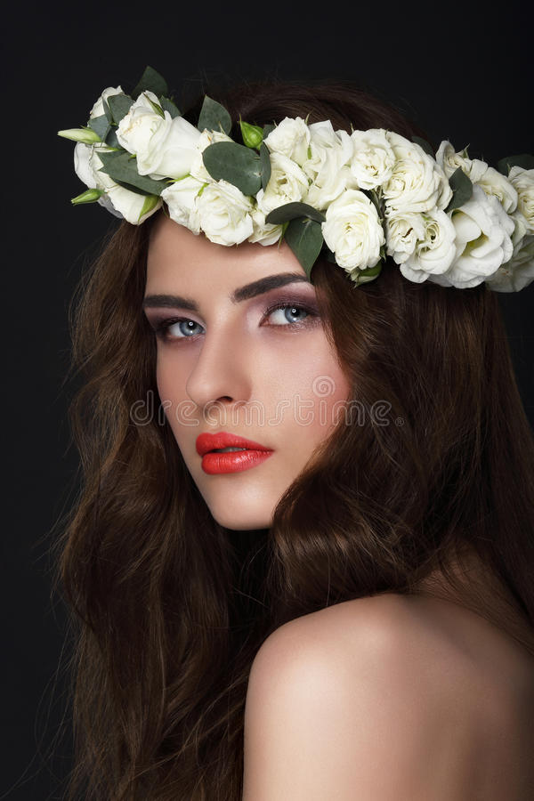 zmysłowość Młoda brunetka jest ubranym wianek róże obrazy stock