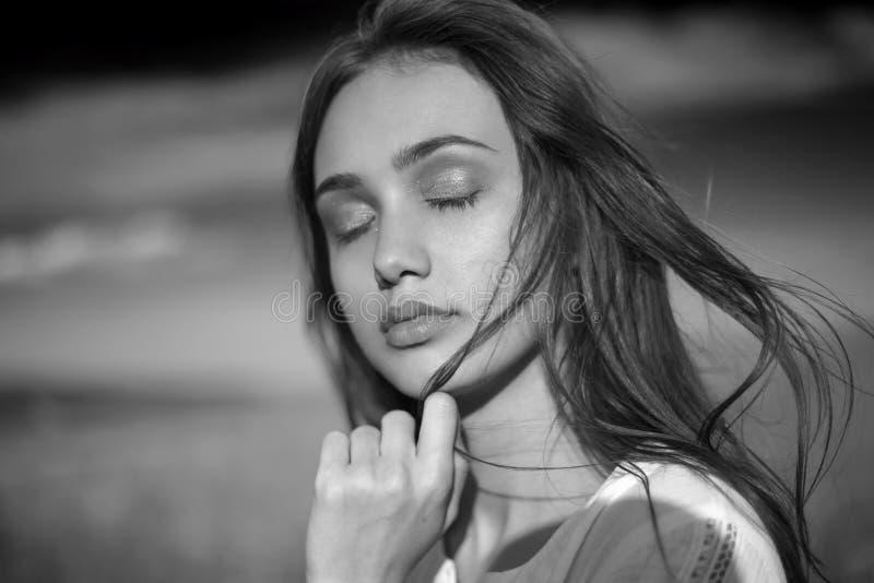 Zmysłowy czarny i biały portret młoda kobieta zdjęcie royalty free