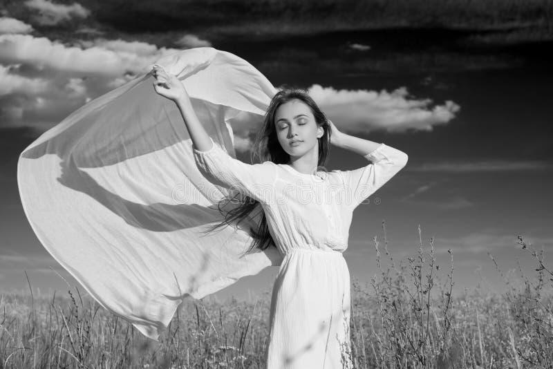 Zmysłowy czarny i biały portret młoda kobieta fotografia royalty free