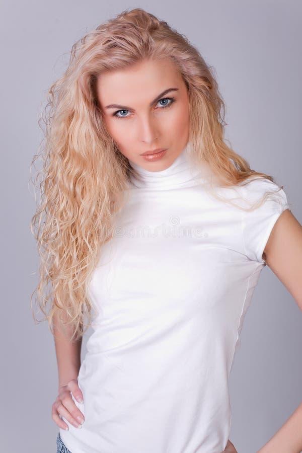 zmysłowy dziewczyny spojrzenie z włosami długi zdjęcia royalty free