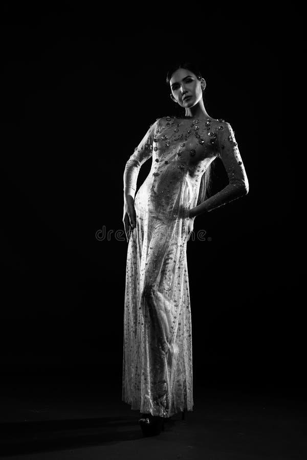 Zmysłowy erotyk w czarny i biały fotografii folował długości kłapnięcia postać obrazy stock