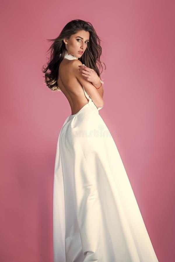 Zmysłowy kobiety ciało Pięknego mody kobiety brunetki makeup odzieży włosianego jedwabniczego bielu długa suknia dla przyjęcie da zdjęcie royalty free