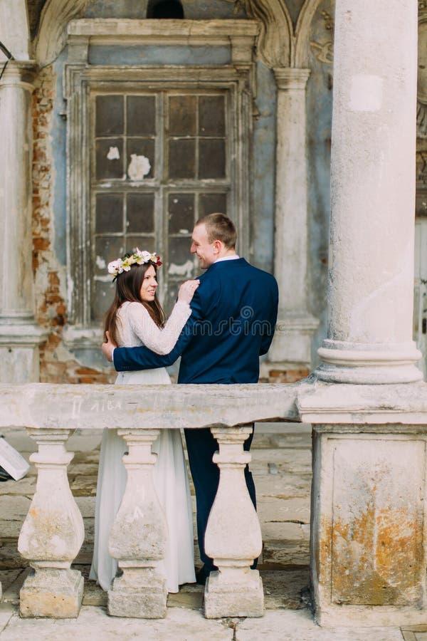Zmysłowy mąż i żona ściska blisko balustrady w antyku rujnowaliśmy pałac widok z powrotem fotografia royalty free