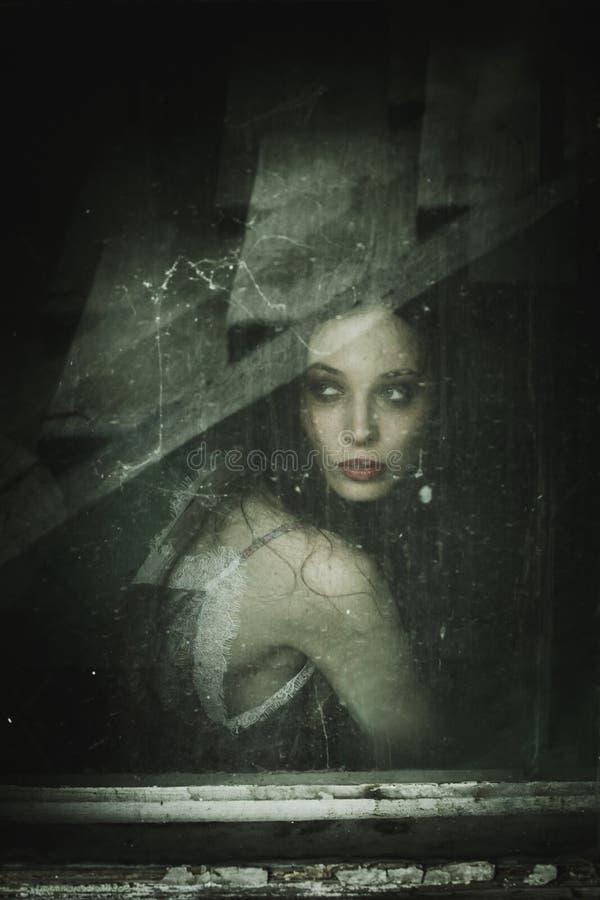 Zmysłowy młoda kobieta portret za starym brudnym okno obrazy royalty free