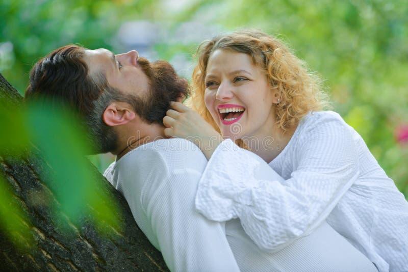 zmys?owe poca?unek Czułość i intymność Zadowolona dziewczyna i chłopak cieszy się romantycznego moment m??czyzna nami?tny zdjęcia royalty free