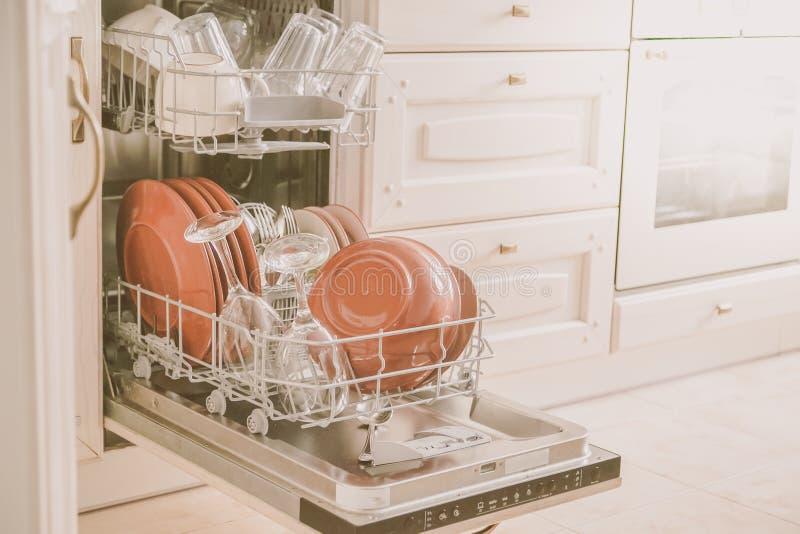 Zmywarka do naczyń folował z czystymi naczyniami w kuchennym tle obraz stock