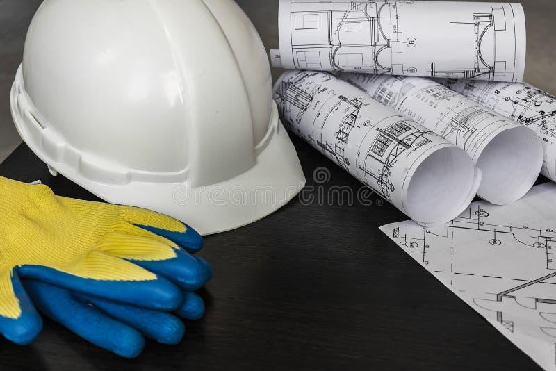 Znacząco przeglądający na budowie brygadiera zdjęcie stock